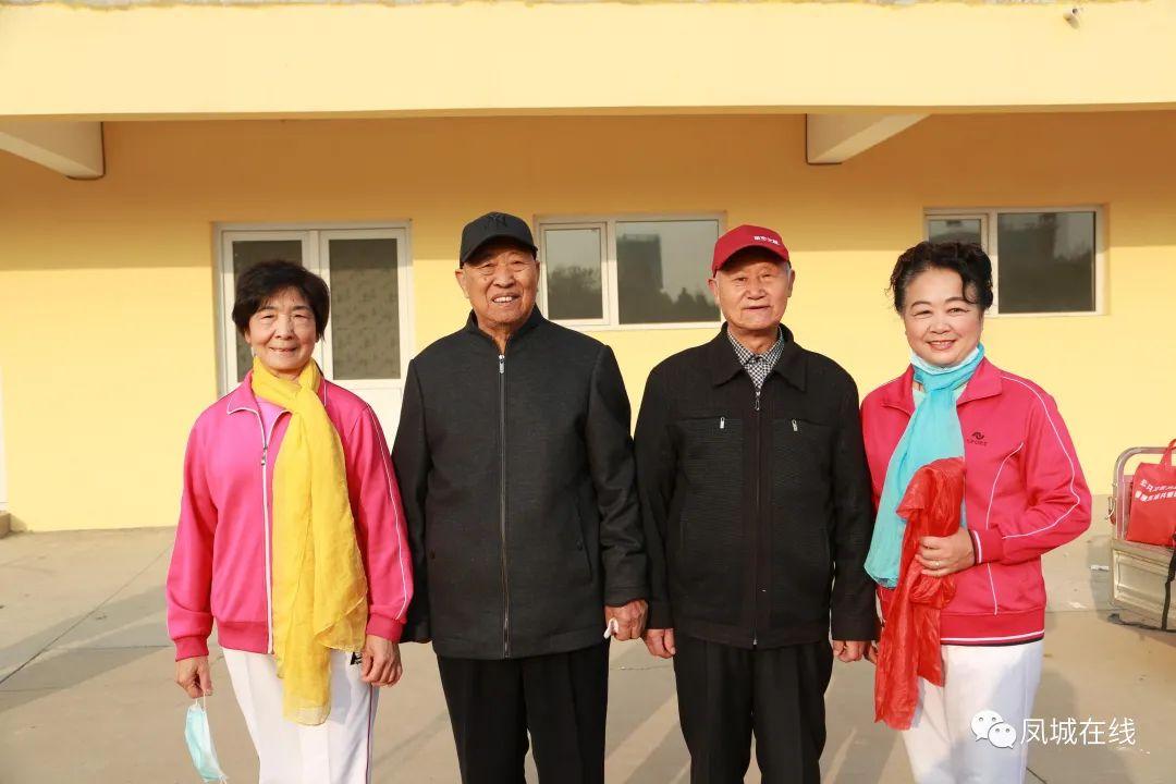 高邑县柔力球队在2020高邑县庆重阳老年文体节目汇演中闪亮登场气场强大