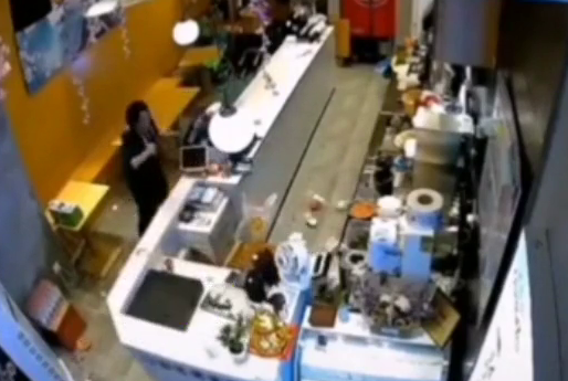 南京一野猪闯进奶茶店吓坏女店员 惊声尖叫一跃翻出柜台