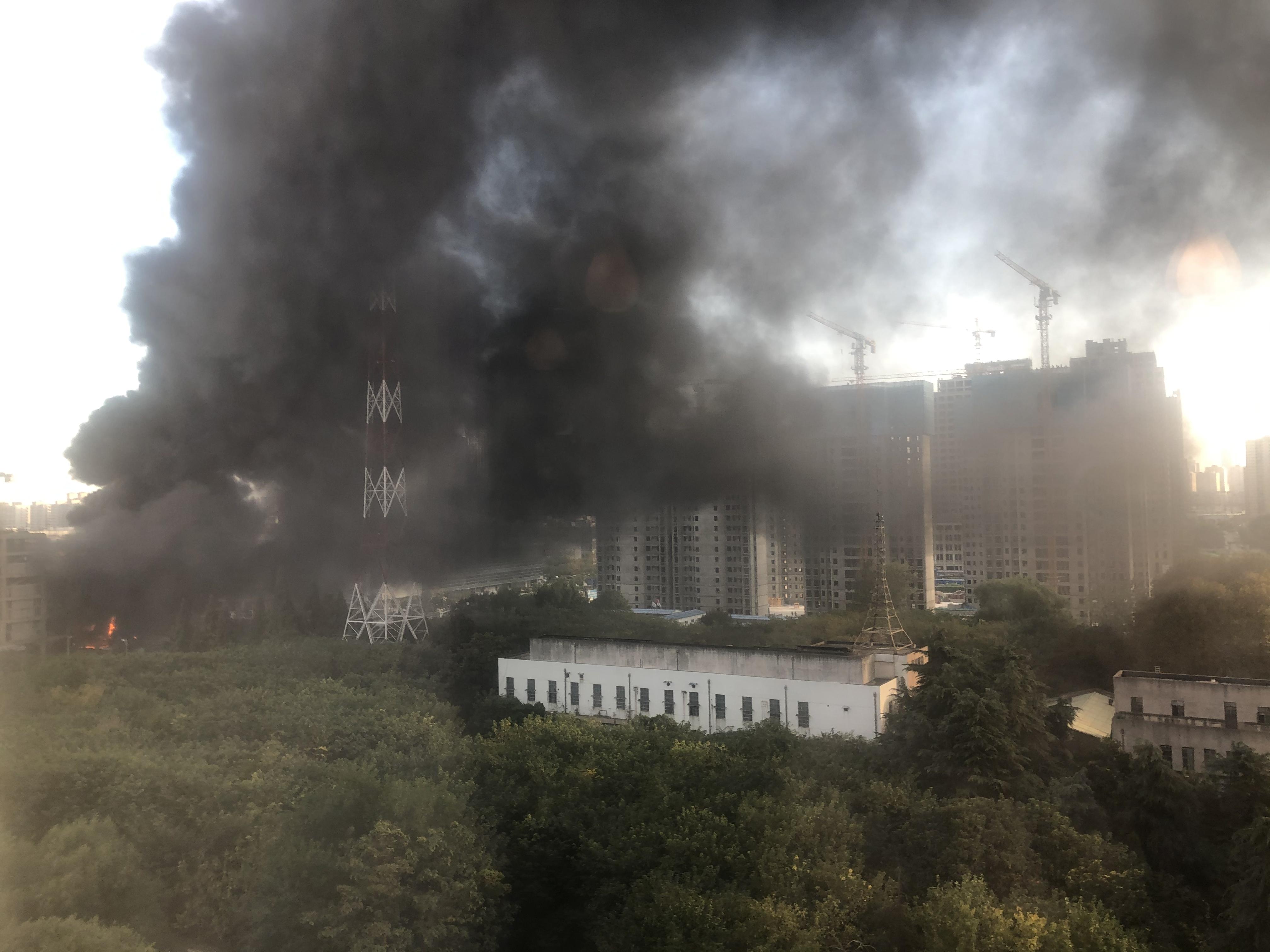 南京市建邺区一工地保温材料失火,已扑灭,无人员伤亡