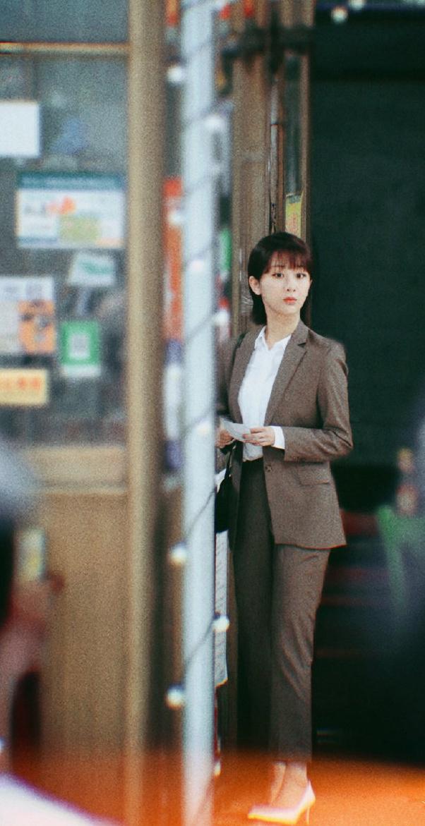 杨紫《女心理师》曝路透 穿西装的打工人造型养眼