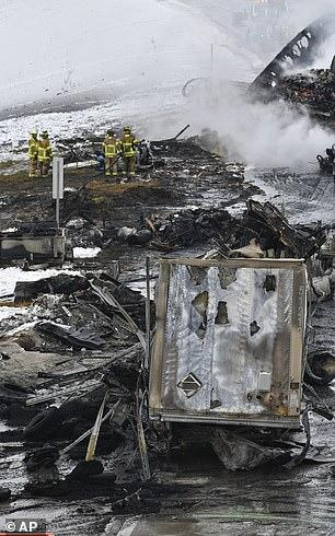 美国一高速上29辆车相撞起火 烧焦残骸覆盖路面 9人送医