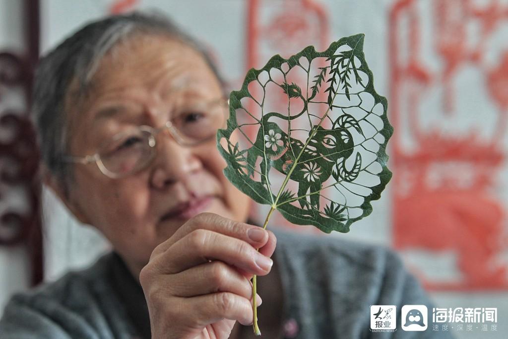 美绝了!济南65岁老人把秋天雕刻在树叶上