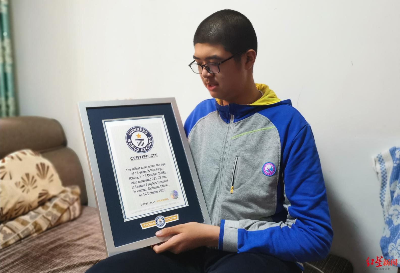 挑战吉尼斯纪录成功!四川乐山14岁男孩高221.03厘米,成世界最高青少年