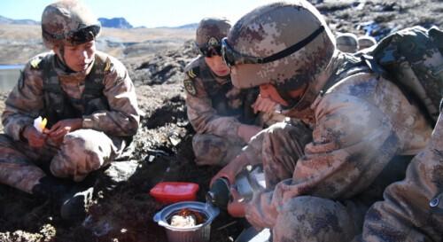 海拔4500多米,我军在野外吃自热火锅