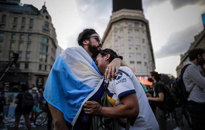 举世同悲!从朋友圈到遥远的阿根廷,都在送别马拉多纳