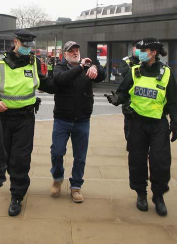 英国为多地设定新冠防控级别 民众不满游行集会