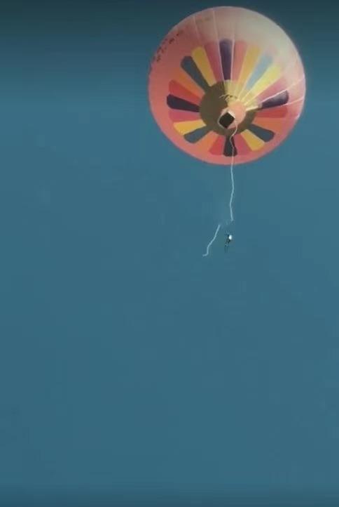 腾冲男子热气球坠亡细节:目击者称球接近地面时没扣好又吹起