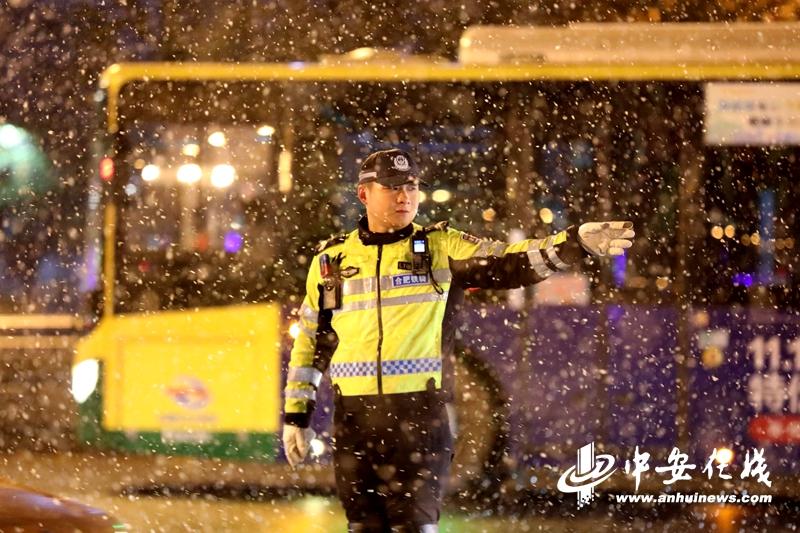 合肥:入冬初雪,交警执勤保畅安「组图」