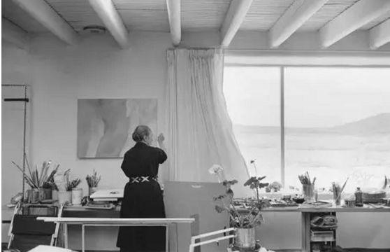 拒绝毕加索,她独居大漠40年画了2.86亿