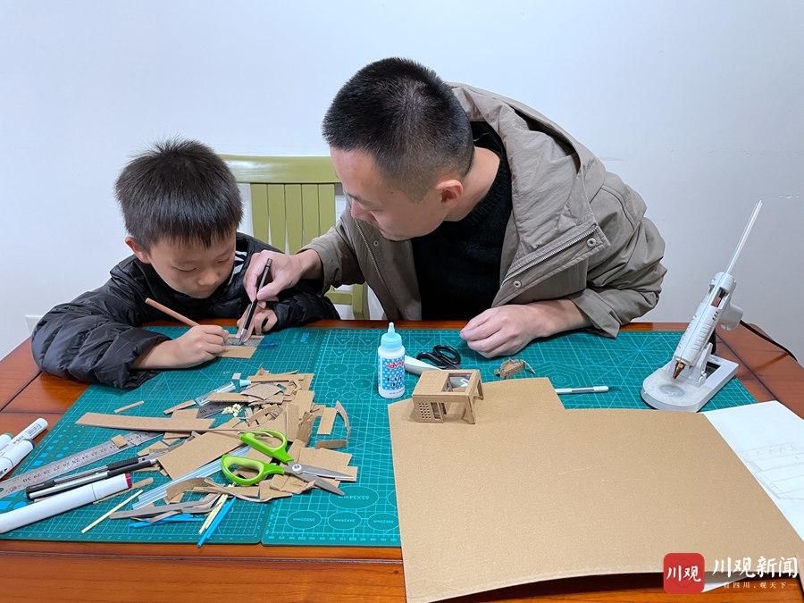 """""""牛爸""""耗时3个月 拼出儿子学校沙盘模型"""