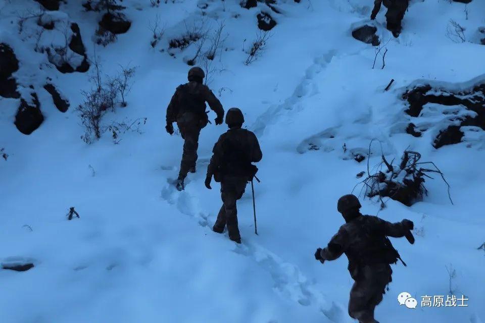 怎么回事?西藏官兵打开矿泉水瞬间结冰