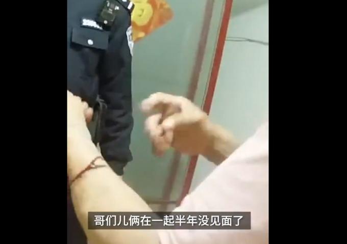 效仿桃园结义?两男子酒后割手腕结拜血流不止,网友:结拜还是殉情?