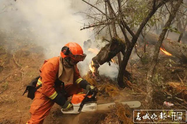香格里拉发生森林大火!一千多人扑救!两架飞机增援…