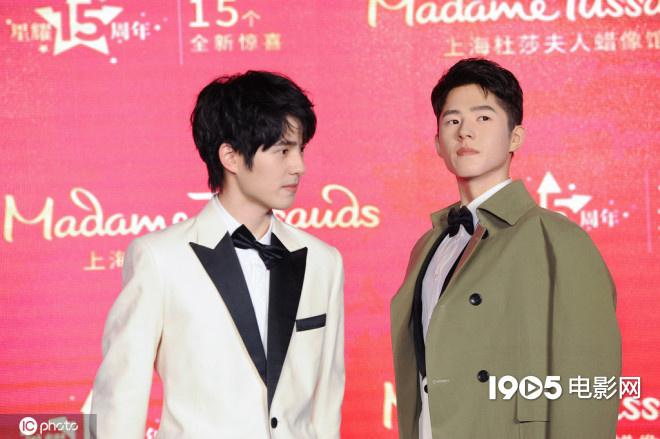 刘昊然现身上海出席揭幕活动 精美蜡像比本尊还高