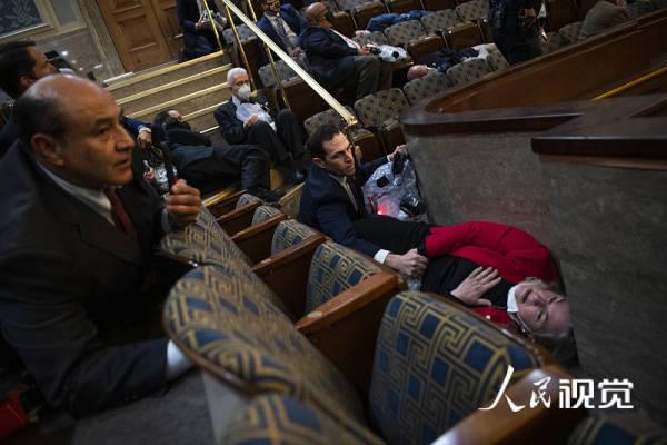 """美国国会主治医师:议员或已在""""避难""""时接触新冠病毒感染者"""