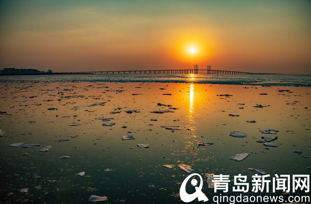 气温回升小块海冰漂浮在海面令人产生很多想象