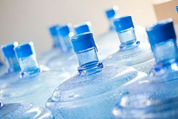 烧开的自来水、桶装水、小瓶矿泉水,长期饮用选择哪个更好?
