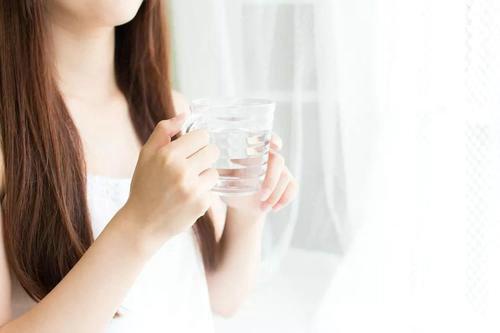 喝水的黄金时间 起床后喝杯水降低血液粘稠度