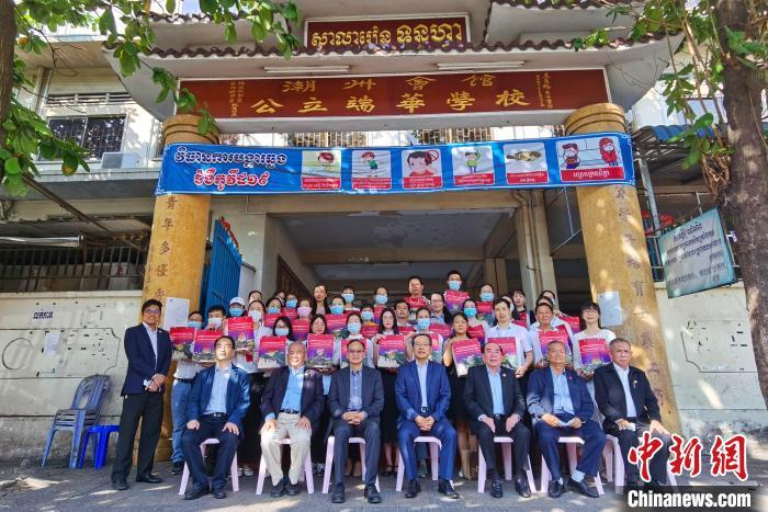 """中国驻柬埔寨大使馆向在柬同胞发放""""春节包"""""""