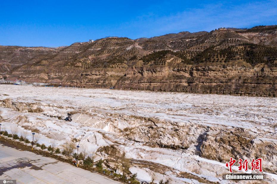 黄河壶口瀑布陕西段冰河解冻 冰水交融景观壮观至极