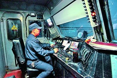 透過駕駛室,看中國鐵路變遷