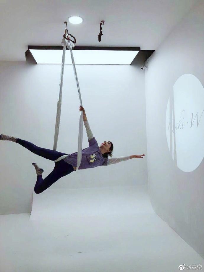 黄奕练习空中瑜伽 做高难度动作柔韧性满分