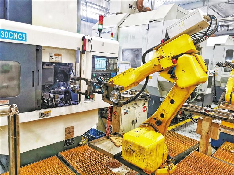 在三秦新型智能机器人生产线上施展才华