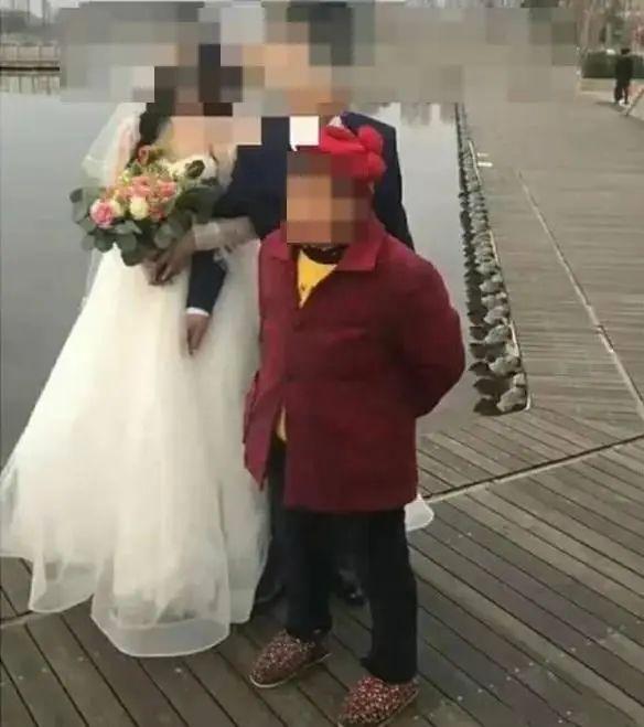 强挡新人拍婚纱照讨喜钱,69岁老太被拘留