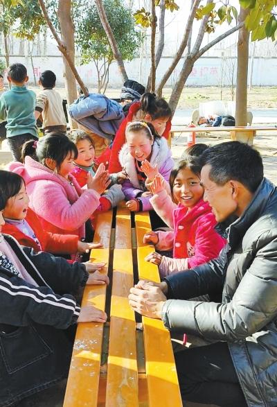 """从事乡村教育工作11年,周口""""39岁白发教师""""张鹏程走红"""