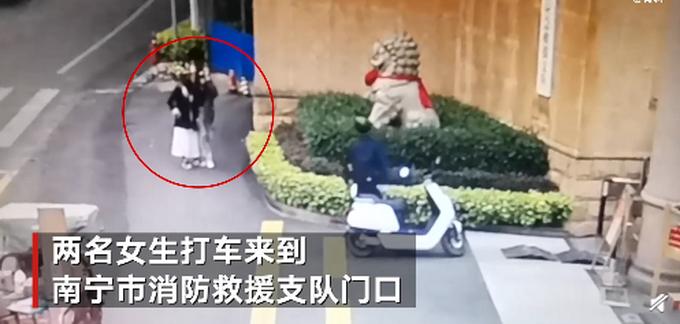 南宁两女子模仿拍网红视频被锁住脚,打车求助消防,网友疑惑:钥匙呢?