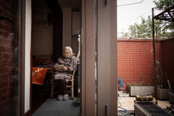 """104岁的""""炒股奶奶""""成为上海最高龄股民,她穿越牛熊的哲学竟如此简单"""