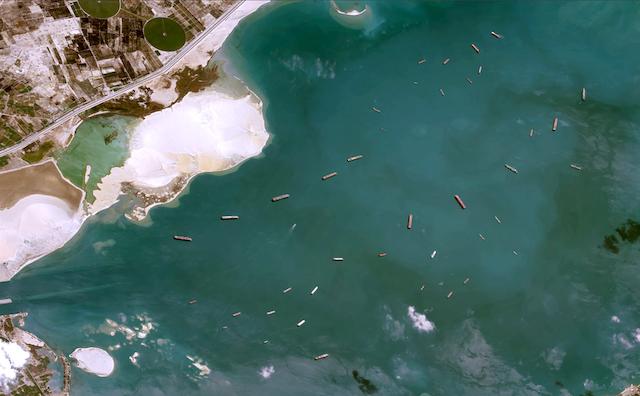 200多艘货船在苏伊士运河被封锁了5天。高价损失谁来承担?