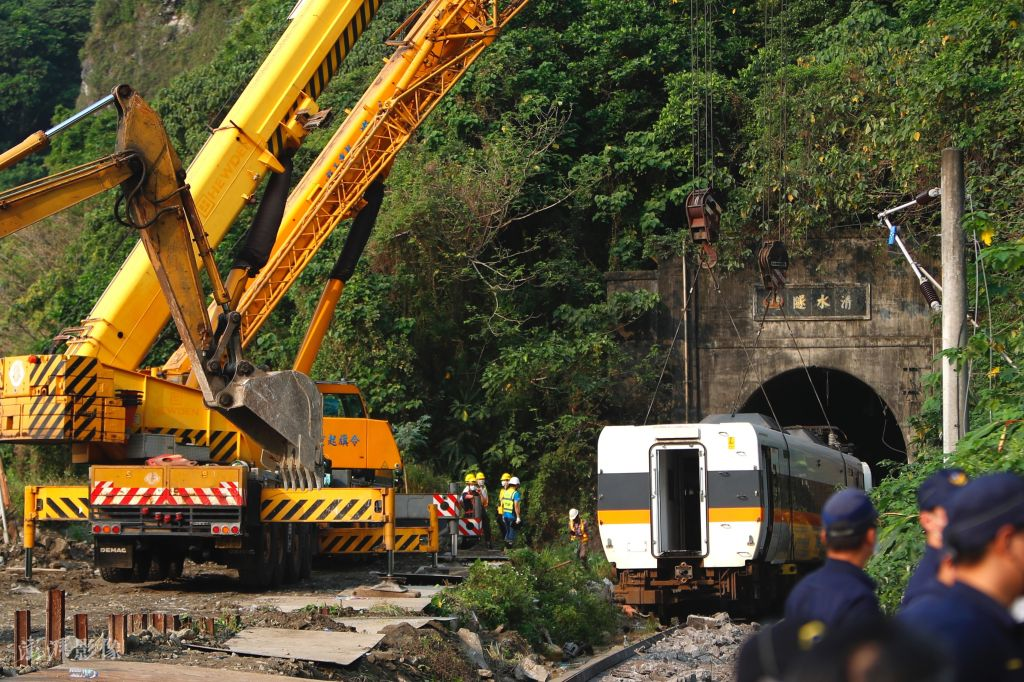 台湾列车脱轨事故原因初步查明 损毁车厢被吊起并移出隧道