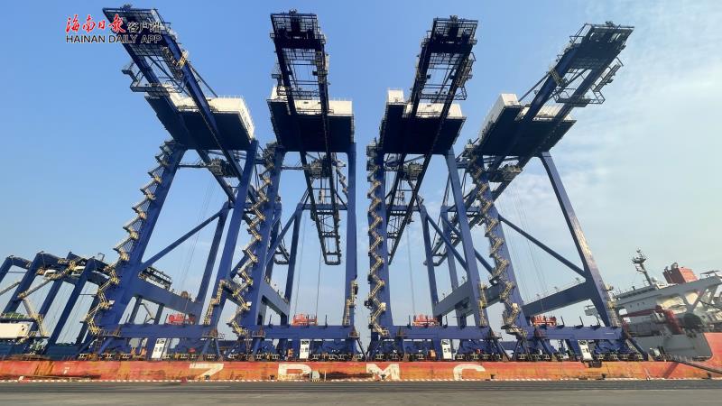 洋浦国际集装箱码头首期工程能力提升工程第二批设备运抵香港