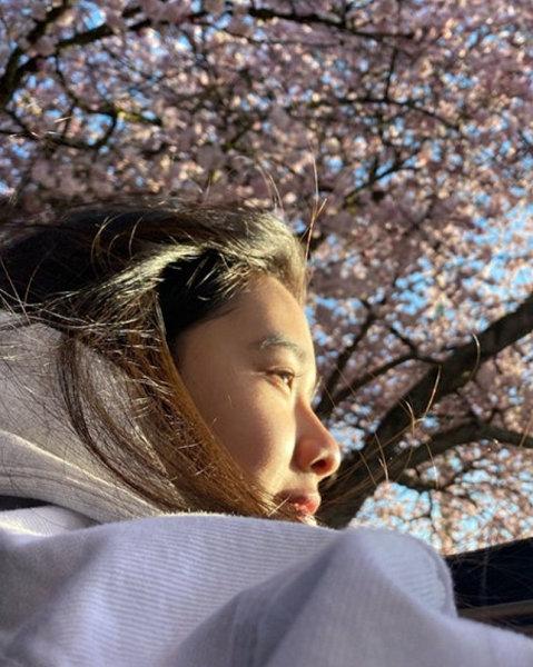陈坤19岁儿子恋情曝光?与神秘美女樱花树下亲密合影