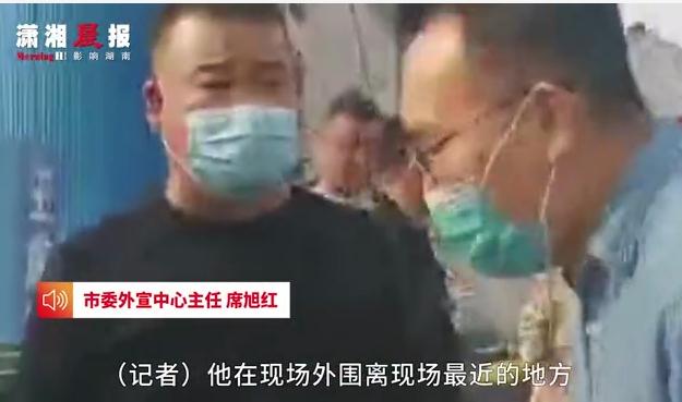河南巩义一工厂突发火灾,记者直播被抢手机还遭警告?当地回应:已对该记者进行安抚