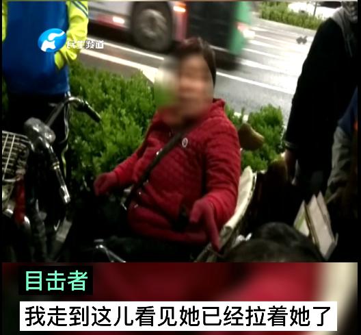 家长注意!郑州街头一名妇女疑当街抢孩子,9岁姐姐紧抱弟弟反被扇脸