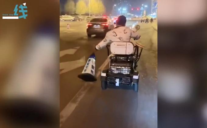 山东一男子坐代步车推倒几十个路障?环卫工无奈跟在后面挨个扶正