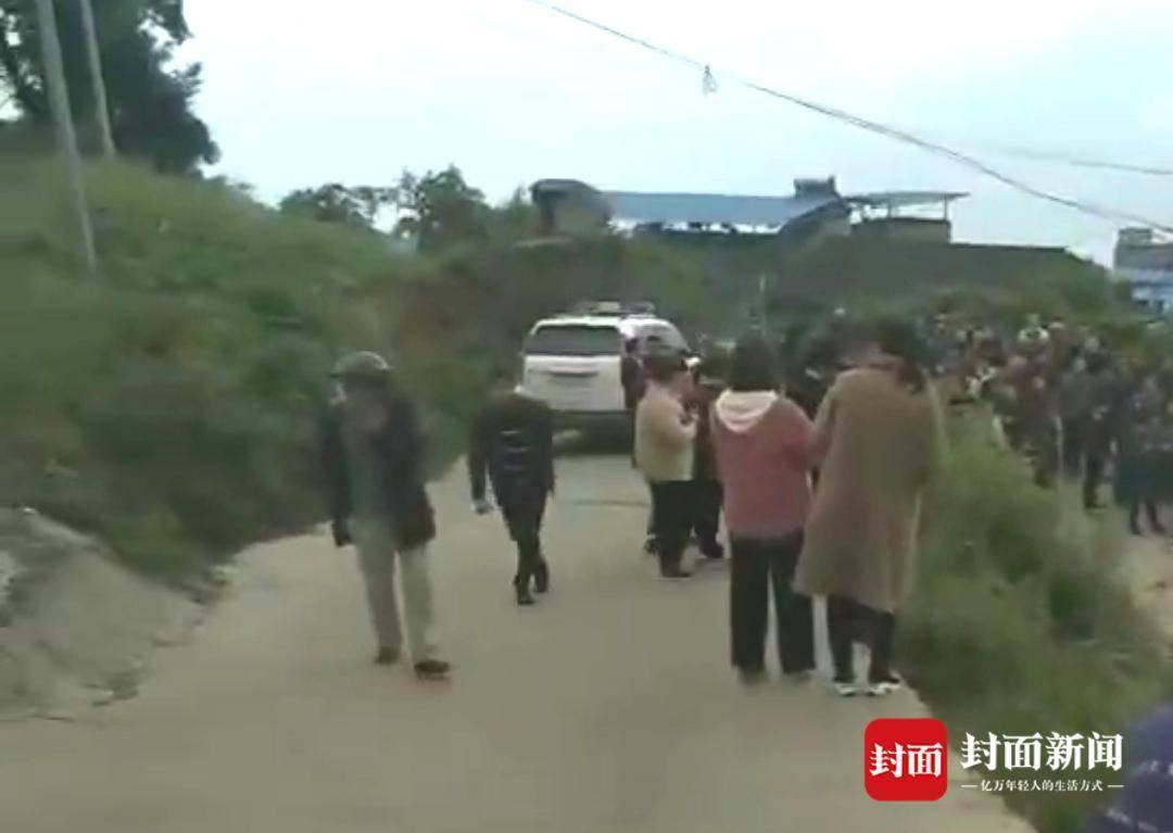 重庆一小学生上学途中被三条恶犬咬死,孩子父亲:要给死去的孩子一个说法