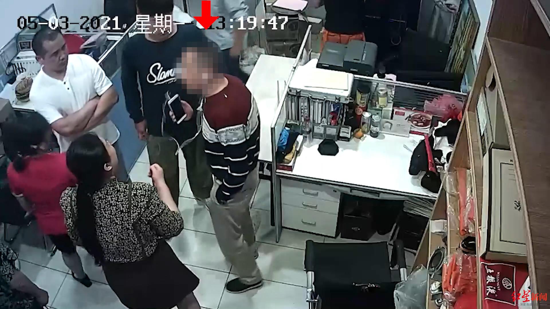 """混入婚宴现场,四川内江一名68岁的老人趁宾客不备,""""顺手牵羊""""盗走一名女士的手包,其中有3000余元现金和手机、银行卡等。更让人没想到的是,这名老人卖了手机,又返回现场当起了""""热心人"""",又是指导餐厅调"""