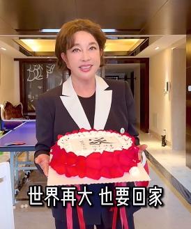 """65岁刘晓庆捧蛋糕庆母亲节,生图肿胀,""""面具脸""""吓人,背后豪宅首曝光"""