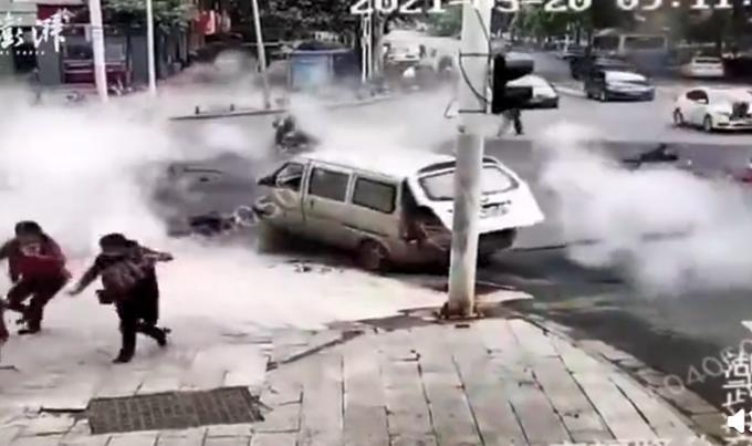 武汉一路面发生爆炸致多人被弹飞,监控记录惊险一幕!目击者这么说