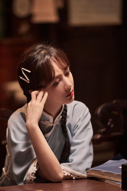 杨紫民国风造型惊艳 梳双马尾笑容甜美 少女感十足