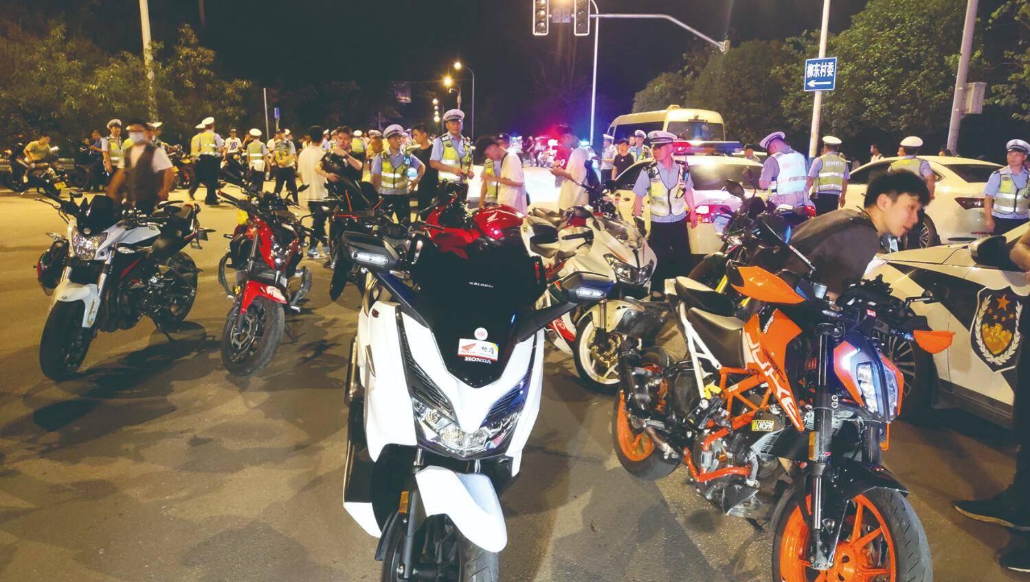 柳州近百辆摩托车聚集桥下飙车?交警出动200人进行查处
