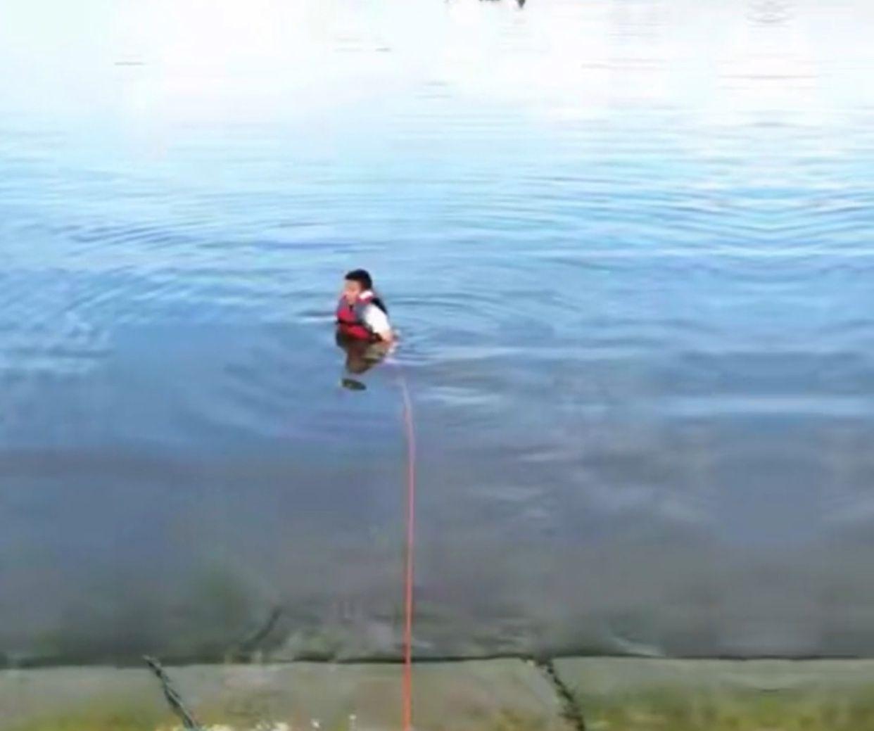 """小伙救落水儿童后发现3万元金项链丢失,路人称""""要钱直说"""",结局暖心"""