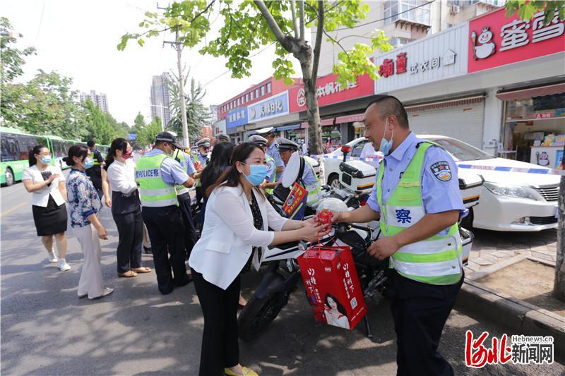 河北省邢台市信都区三单位联手慰问高考一线工作人员