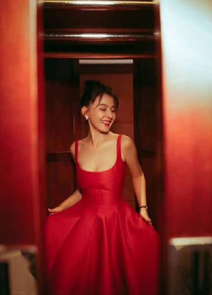 热依扎身穿吊带红裙配丸子气质甜美 皮肤白皙魅力十足
