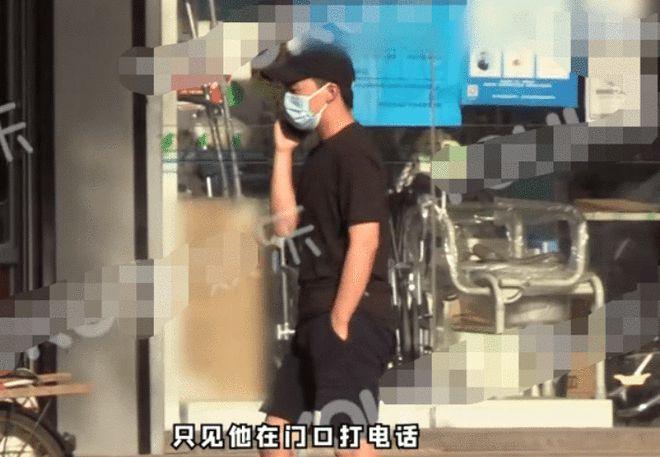 郭麒麟现身街头与好友相聚 一袭黑衣尽显低调