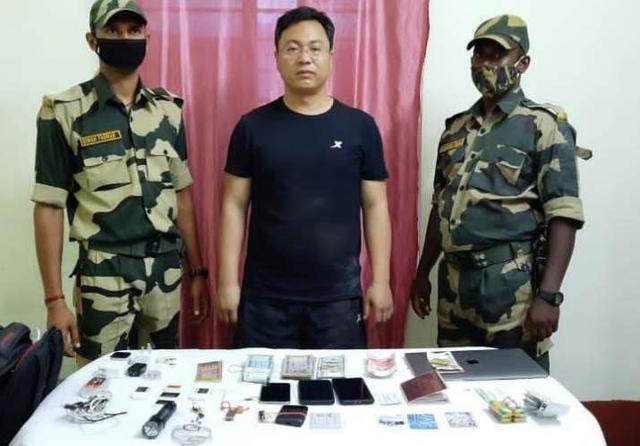 印媒:1名中国人遭印军逮捕,被怀疑是间谍 2021-06-12 10:23·北晚新视觉网 据印媒12日报道,印度边境安全部队10日在该国和孟加拉边境上逮捕了一名试图非法越境的中国人,印方怀疑他是间谍。