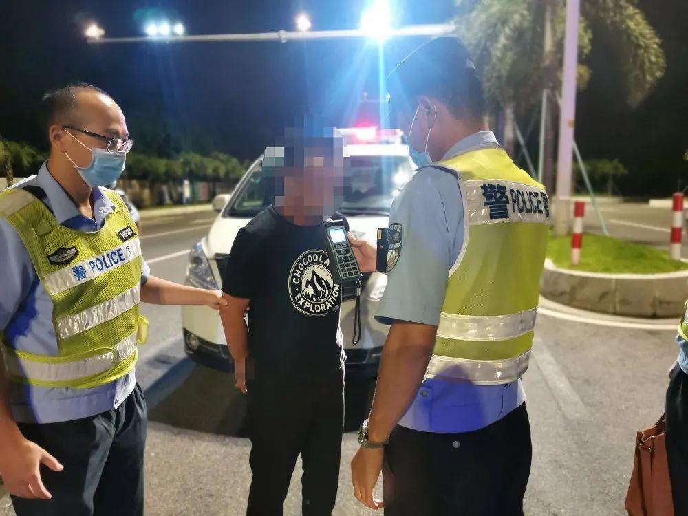 两次绿灯都不走,司机还下车挑衅后车,结果来了一车便衣警察